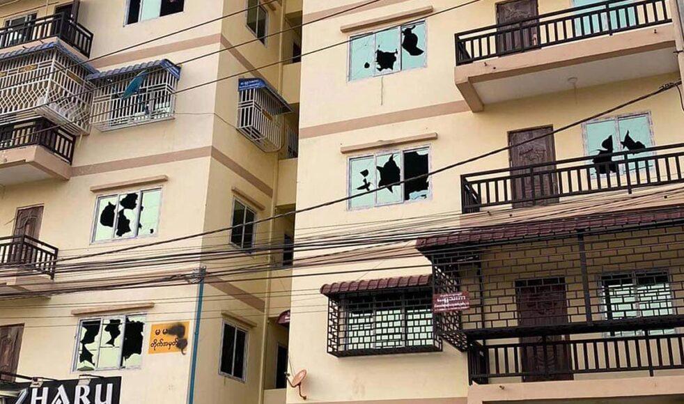 Civila människor såg på när deras lägenheter förstördes och deras fönster blev beskjutna av militären under april 2021. Bild: Pastor Joseph
