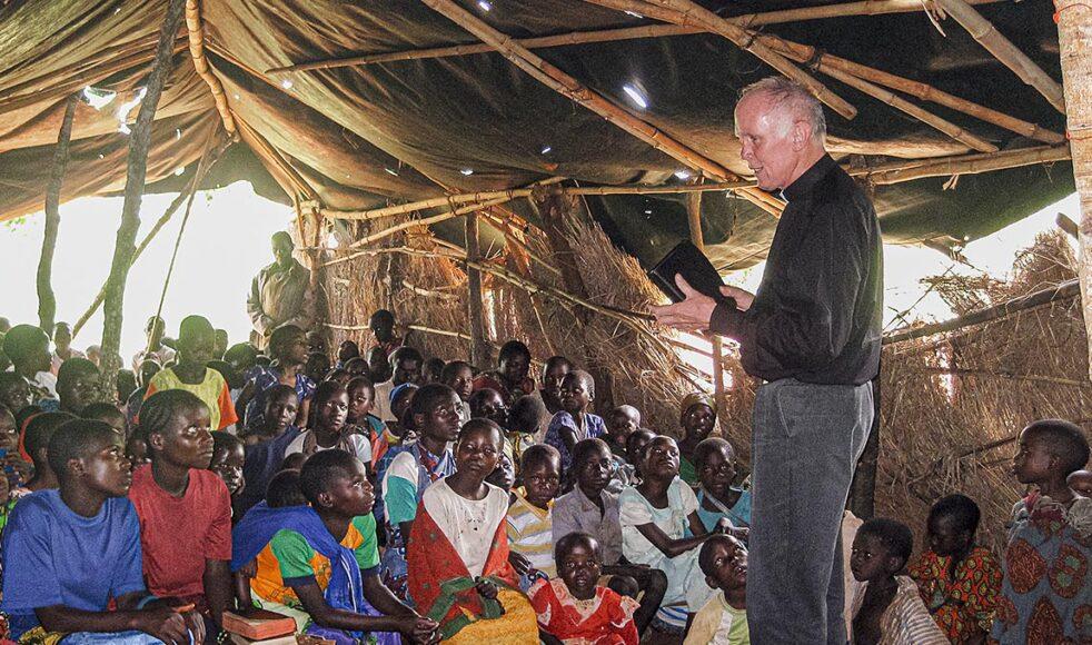 Rune predikar i en provisorisk gräskyrka i Kidilo, ett då nyöppnat missionsområde. Utposten startades av en TEE-utbildad evangelist, senare präst, som skickades till »omöjliga« platser för att starta församling. Nu finns en stor fin kyrka med över 500 medlemmar på platsen.