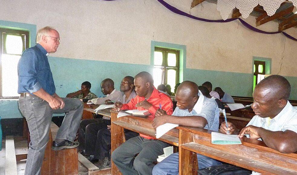 Rune undervisar för en TEE-klass i samband med ett Bibelläger i Chunya, ett gammalt missionsområde vid kanten av den mäktiga Usangu-slätten.