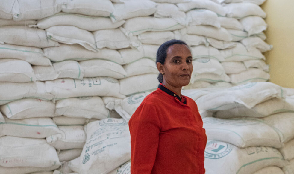 Enligt FN lider 80 procent av befolkningen i Tigray matbrist. Tack vare bistånd från EFS har Mekane Yesus biståndsorgan DASSC kunnat dela ut bland annat vete och olja till interna flyktingläger i regionhuvudstaden Mekelle. Här står DASSC:s medarbetare framför säckar med vete som förvaras på huvudkontoret. Bild: Dagmawit Alemayehu