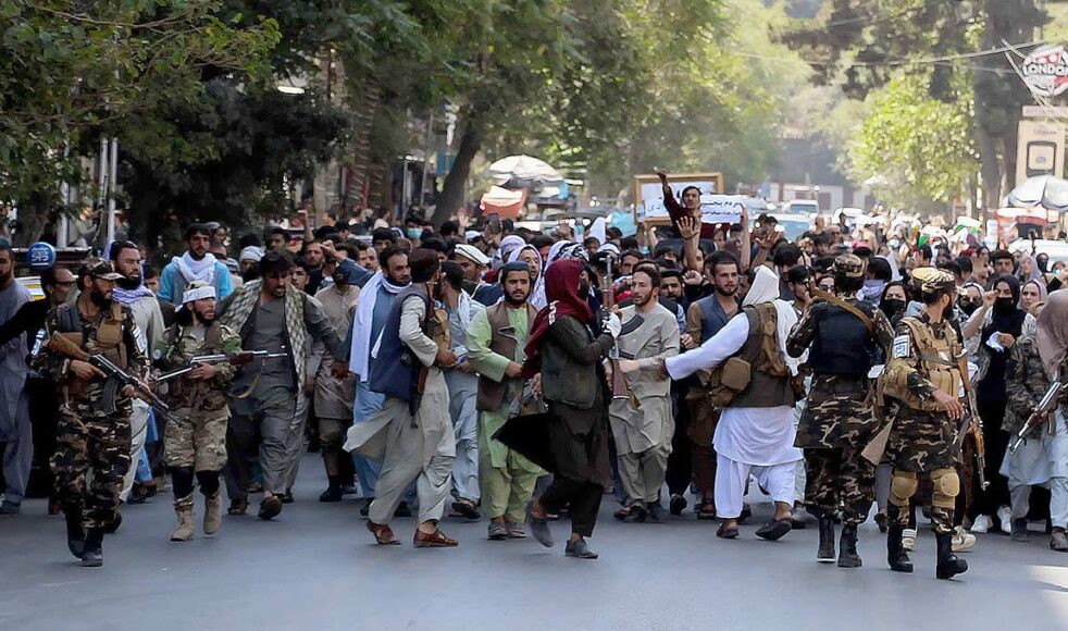 Efter talibanernas maktövertagande i Afghanistan har landet lämnats i ett politiskt och moraliskt förfall. Här på bild demonstrerar afghaner i Kabul mot ett talibanskt styre och Pakistans påstådda inblandning. Bild: TT