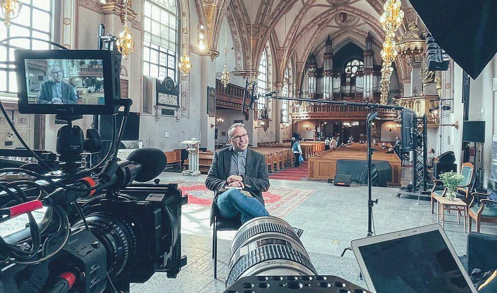Bakom kulisserna under ett av Kunskapslyftets inspelningstillfällen i S:ta Clara kyrka med Mats Nyholm.